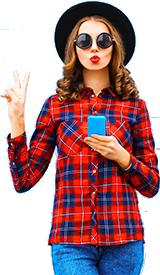 Femme avec lunettes faisant signe de main